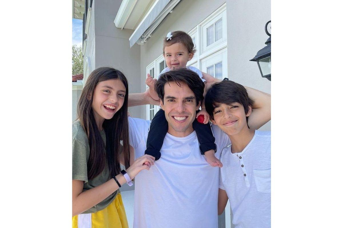 Kaká tem dois filhos com a ex-mulher Carol Celico, Isabella de 10 anos e Lucas de 13