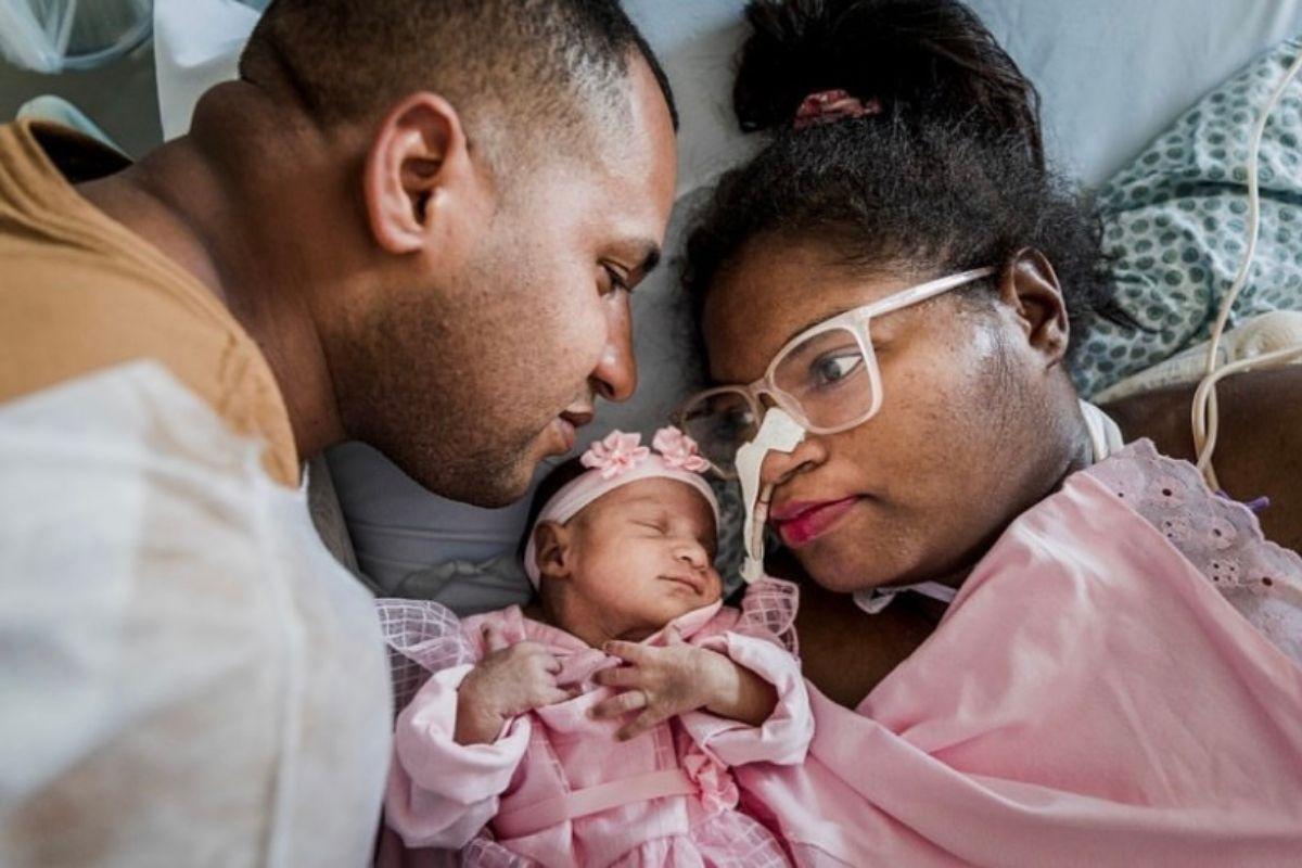 Weverton Pereira da Silva e Érika Cléia Soares em um ensaio fotográfico no hospital com a filha, recém-nascida