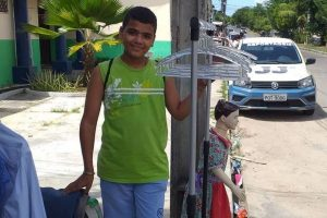 Menino criou vaquinha para ajudar a mãe em bazar