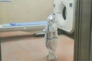 O vídeo da criança chegando sozinha no hospital impressionou os internautas