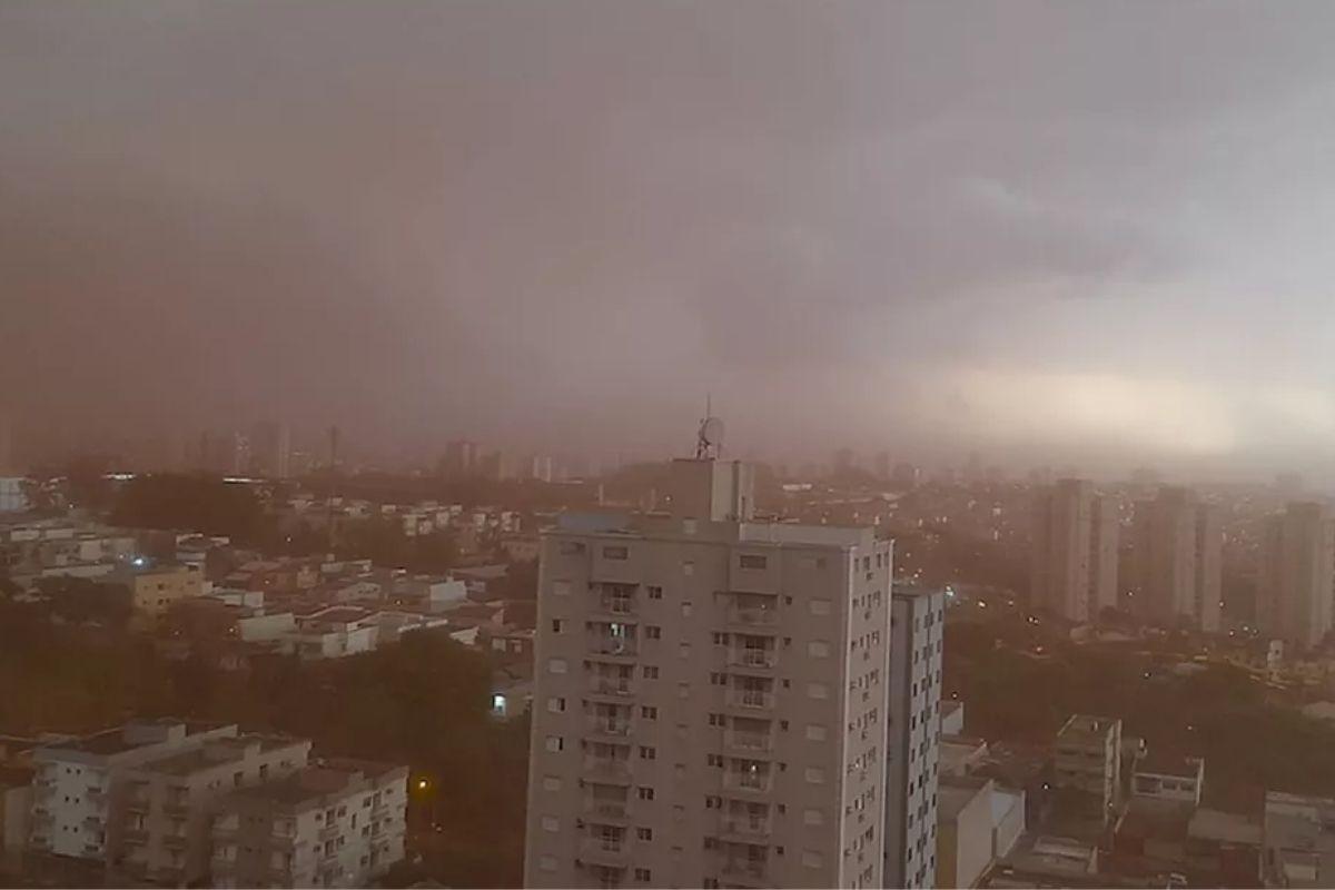 A nuvem é resultado de incêndios ambientais
