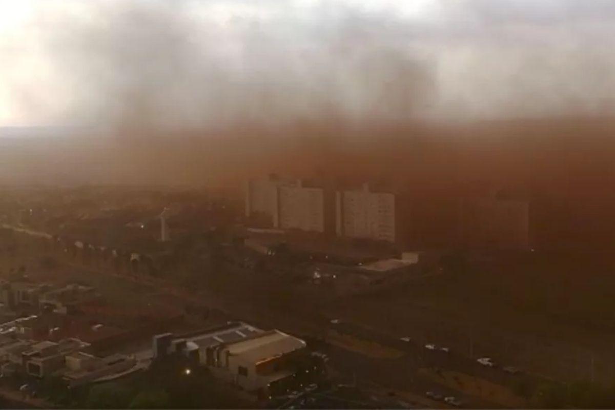 A nuvem de poeira assustou moradores da região de Ribeirão Preto, SP