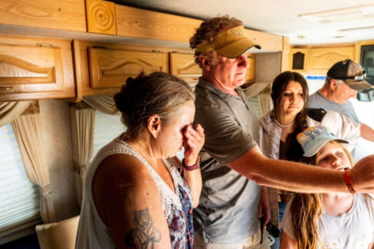 Pai e filha ajudam famílias desabrigadas na Califórnia