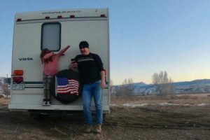Pai e filha doam trailers para desabrigados