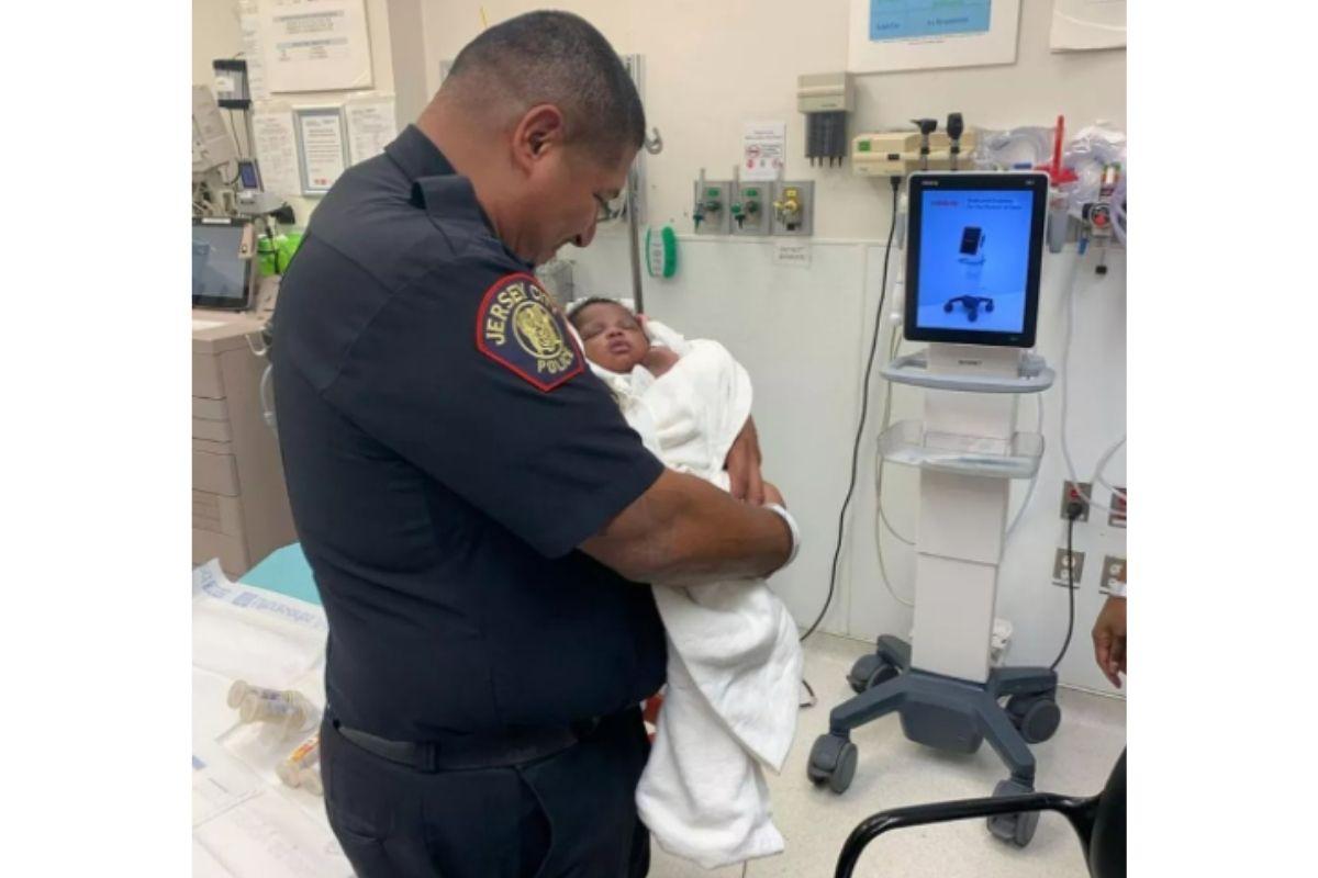Eduardo Matute, oficial responsável por salvar a vida do bebê de um mês, arremessado do segundo andar de um prédio em Jersey City