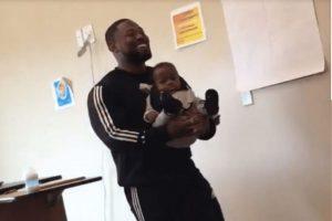 Um professor ajudou uma aluna a cuidar do bebê para que ela pudesse comparecer a aula