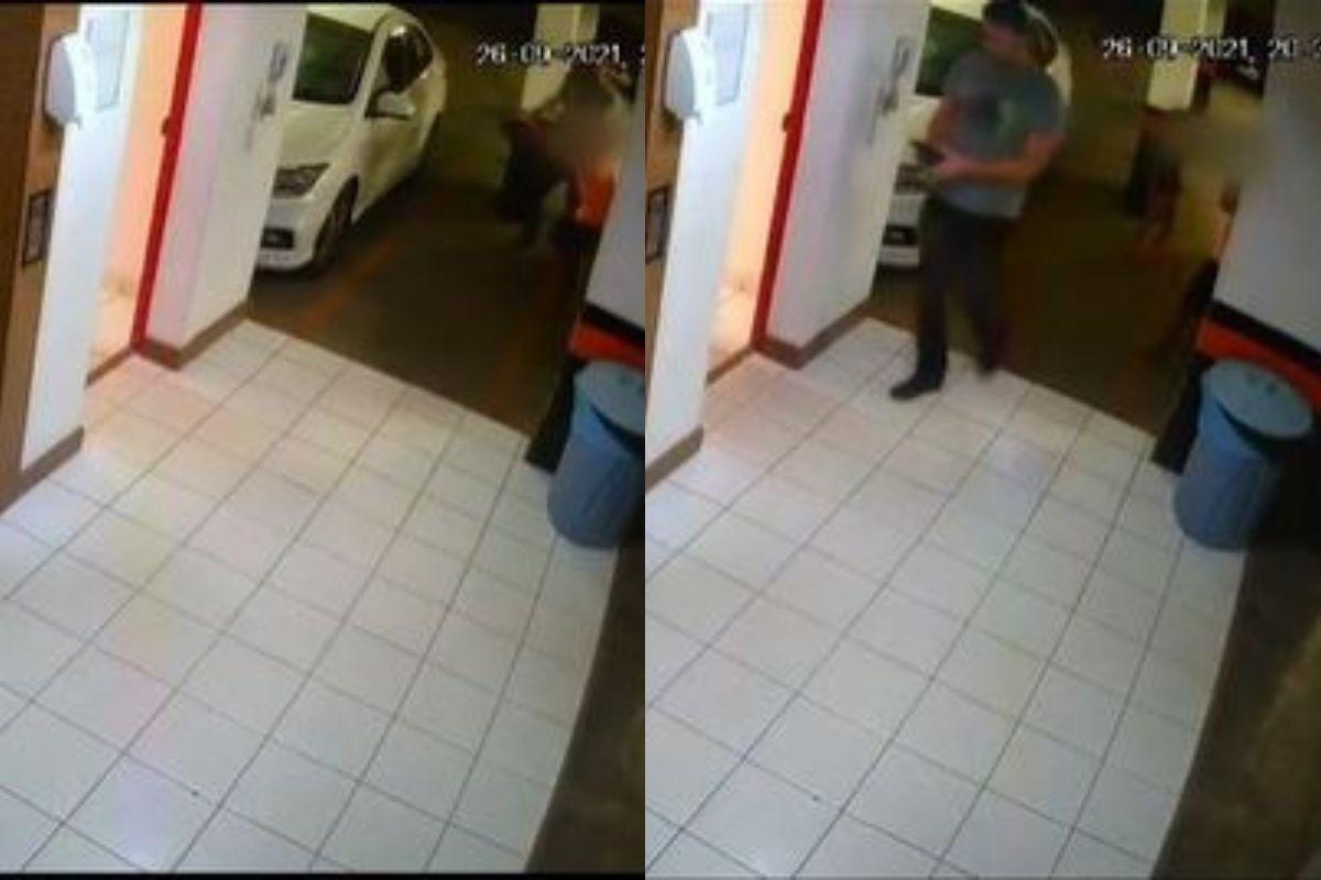 O policial aparece no canto da câmera agredindo o menino