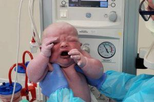 Bebê vira celebridade no hospital por nascer com mais de 6 kg
