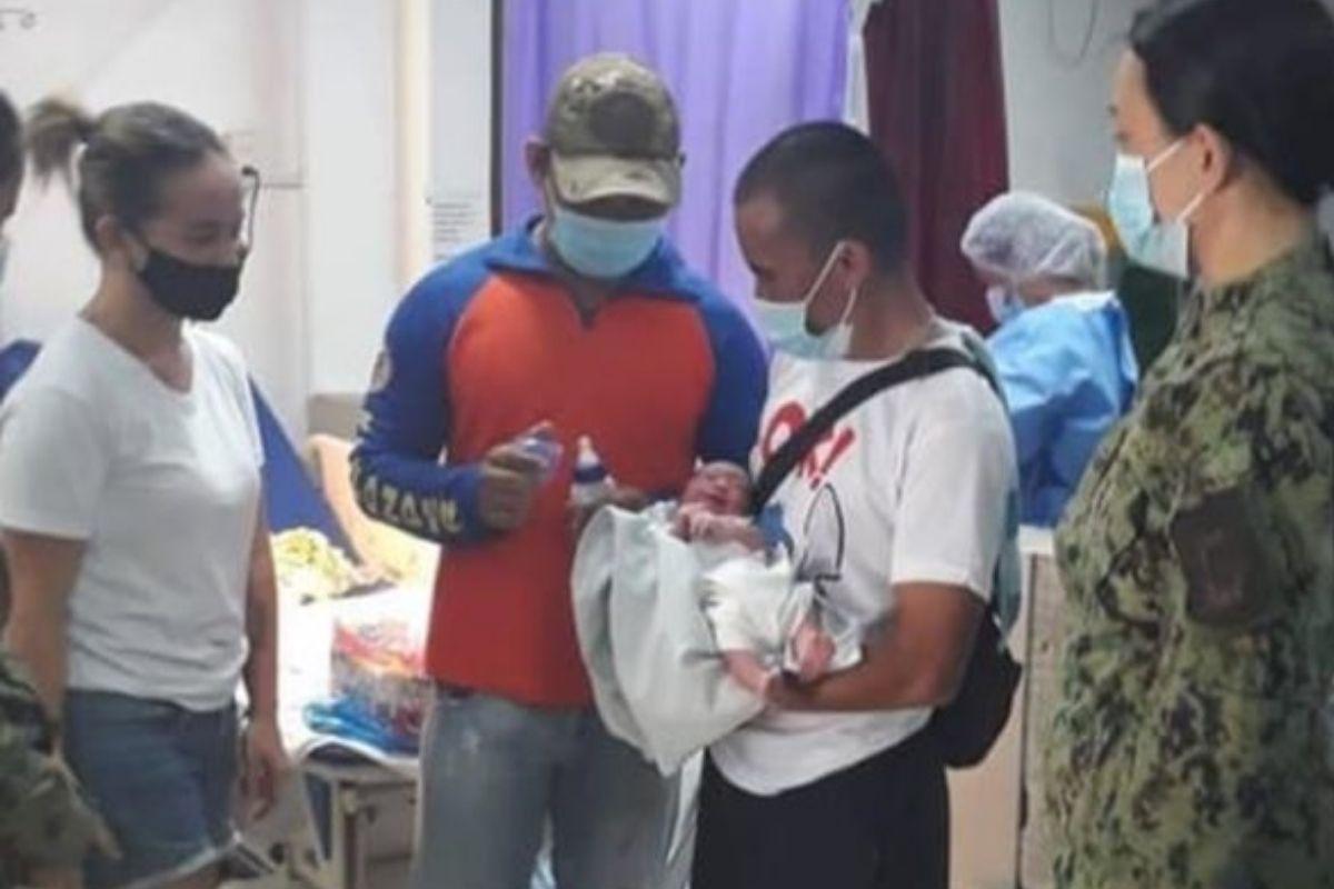 O bebê foi imediatamente levado para o hospital, onde passa bem