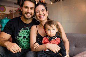 Kamila Salgado e Eliéser Ambrósio mostram decoração de festa de Halloween do filho