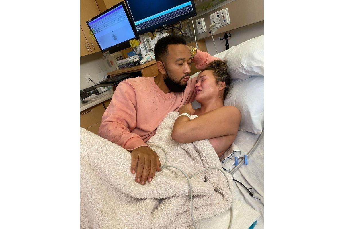 Chrissy perdeu o bebê após uma hemorragia que não conseguiram estancar