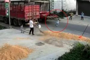 A máquina de colheita passou por cima da criança e ela sobreviveu