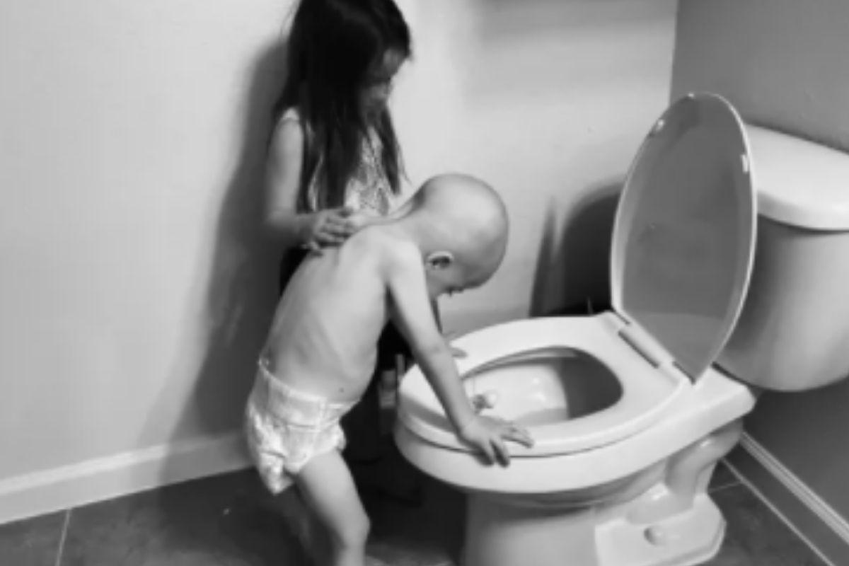 Beckett Burge com a irmã, Aubrey, passando mal após uma sessão de quimioterapia