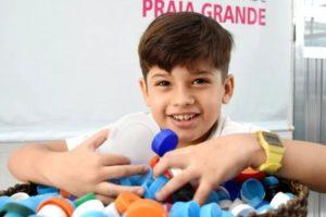 Criança troca tampinhas de garrafa pet por cadeira de rodas