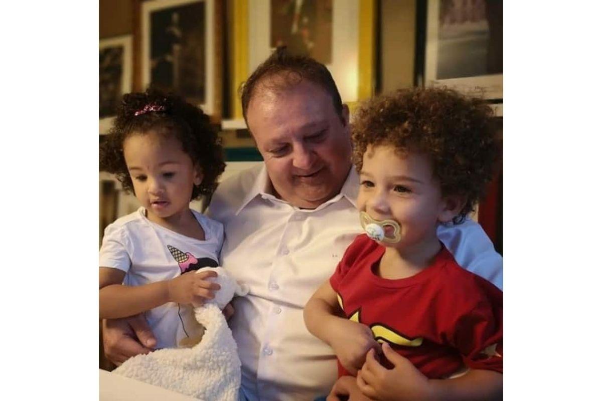 Élise está ao lado esquerdo da foto e Antoine ao lado direito