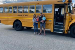 A família Stone reformou um ônibus escolar para viajar o mundo