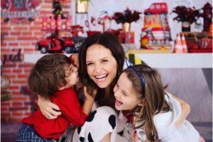 Fernanda Rodrigues e os filhos Luisa e Bento
