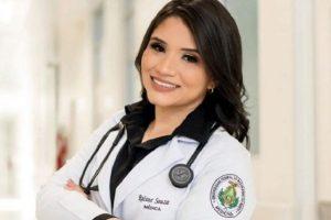 Filha dedica diploma de medicina à mãe