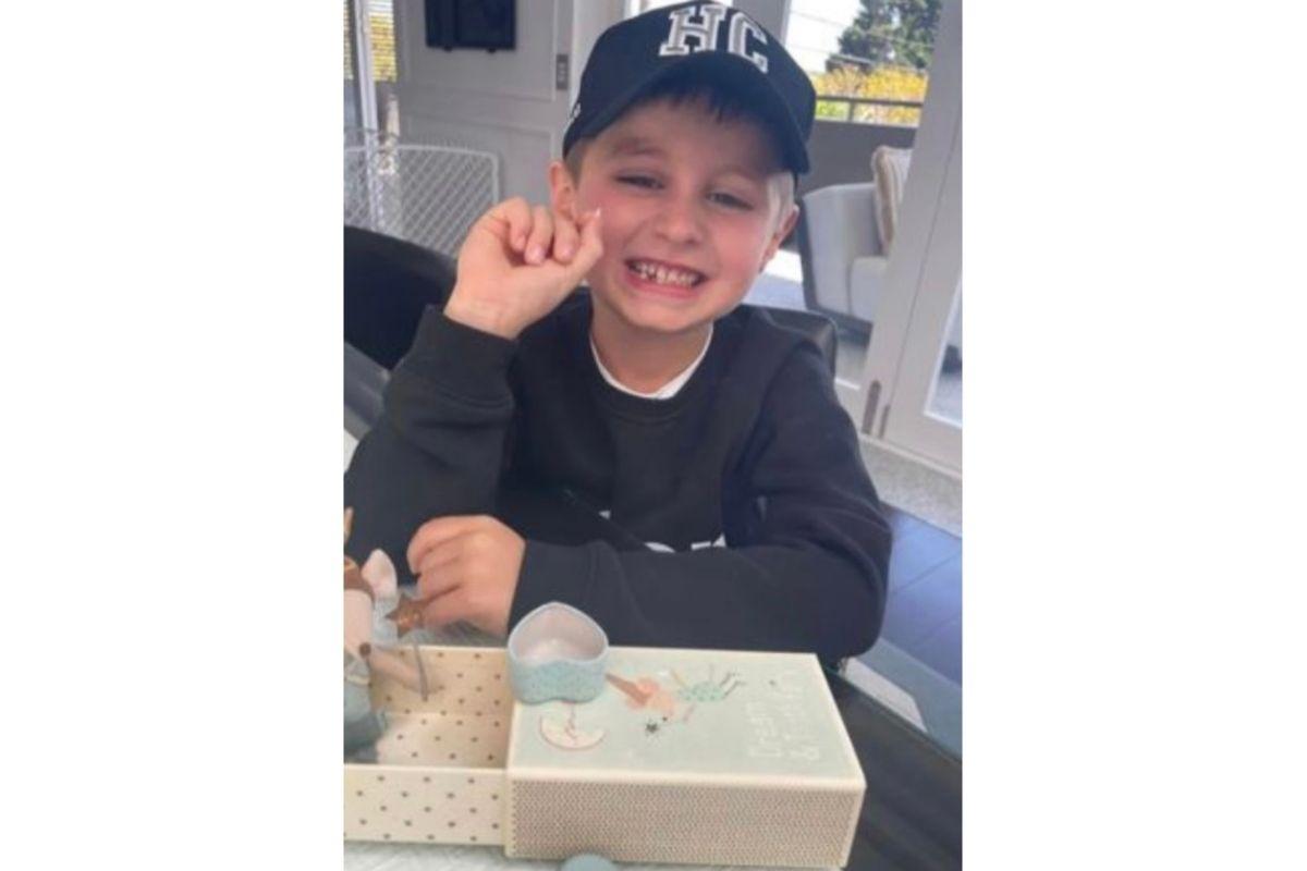 Criança pede dinheiro para fada do dente