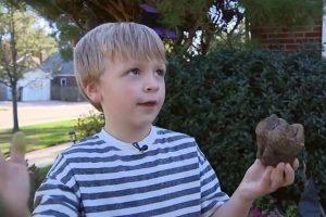 Menino de 6 anos encontra dente fossilizado