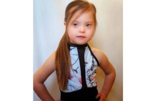 Garota com síndrome de down se torna modelo de loja de roupas
