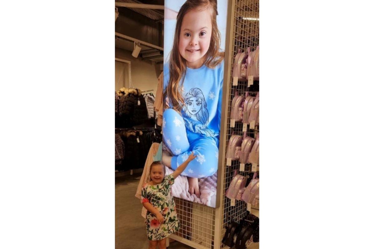 Garota com Síndrome de Down se torna modelo da loja de roupas