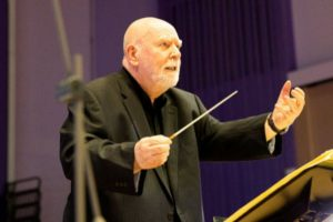 Homem com deficiência rege grande orquestra