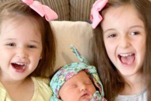 Mãe dá à luz três meninas exatamente no mesmo dia com três anos de diferença entre os partos
