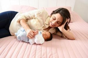 Juliana Schalch mostrou o filho usando uma fralda ecológica