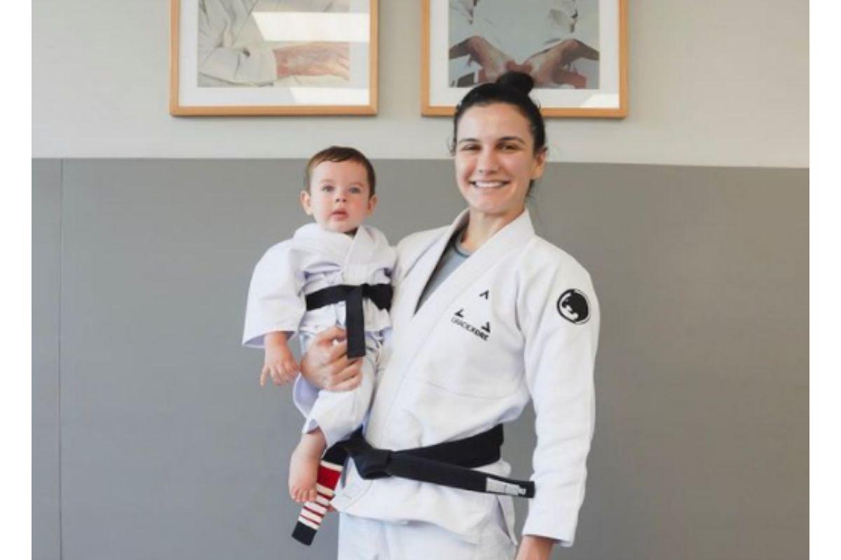 Kyra Gracie mostrou o filho com roupa de judô
