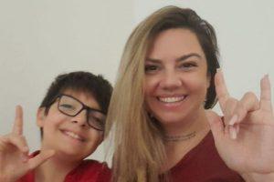 Mãe aprende libras para auxiliar no processo de inclusão do filho