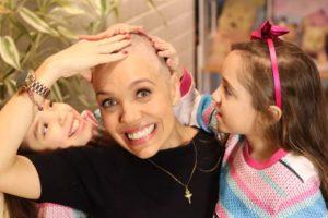 Mãe raspa cabelo ao lado das filhas