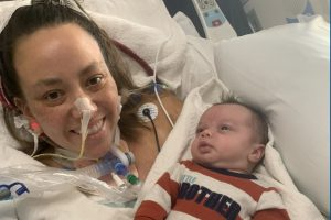 Autumn conheceu seu filho recém-nascido dois meses após o parto, que aconteceu enquanto ela estava intubada