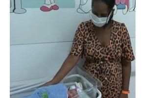 Mãe dá à luz bebê saudável após gravidez acontecer fora do útero