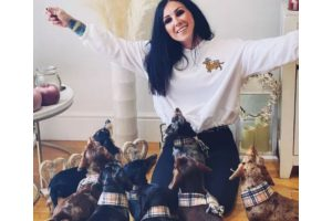 Mãe de seis filhos adota mais seis cachorros
