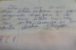 A mulher escreveu o bilhete para explicar o motivo de não ter pago pelas comidas que levou aos filhos