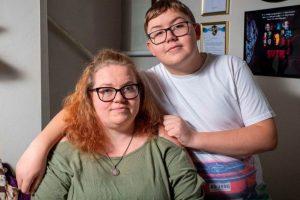 Após corte de benefício mãe precisa decidir entre pagar contas ou tratamento de câncer do filho