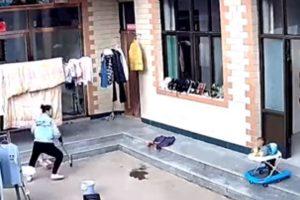 Vídeo mostra mãe usando vassoura para impedir que bebê caia do andador