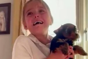 Esmae teve uma reação emocionante ao ganhar o cachorro