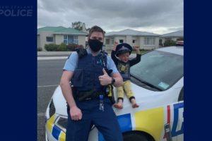 Menino de 4 anos liga para a policia para mostrar brinquedos