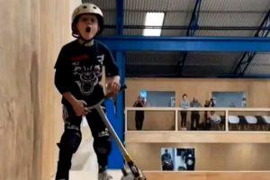 Menino de 10 anos se torna a pessoa mais jovem do mundo a dar salto duplo para trás utilizando um patinete