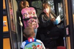 Motorista de ônibus escolar é rude com crianças