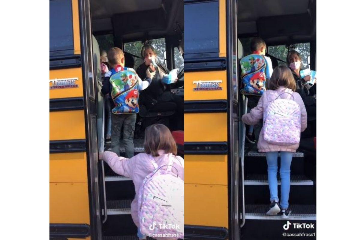 A motorista está distribuindo máscaras para as crianças enquanto discute com a mãe