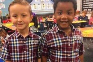 """Myles e o colega no """"Dia dos Gêmeos"""" na escola"""