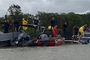 Um barco com 21 pessoas virou ao ser atingido por uma tempestade