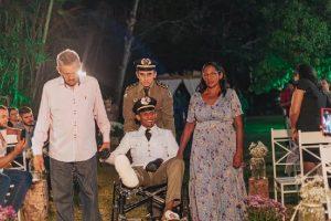 Um noivo subiu ao altar de cadeira de rodas após ser atropelado no dia do casamento