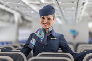 A SkyUp divulgou os novos uniformes das comissárias de bordo
