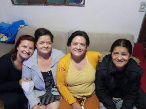 Margarete ao lado das irmãs biológicas depois de 50 anos afastadas