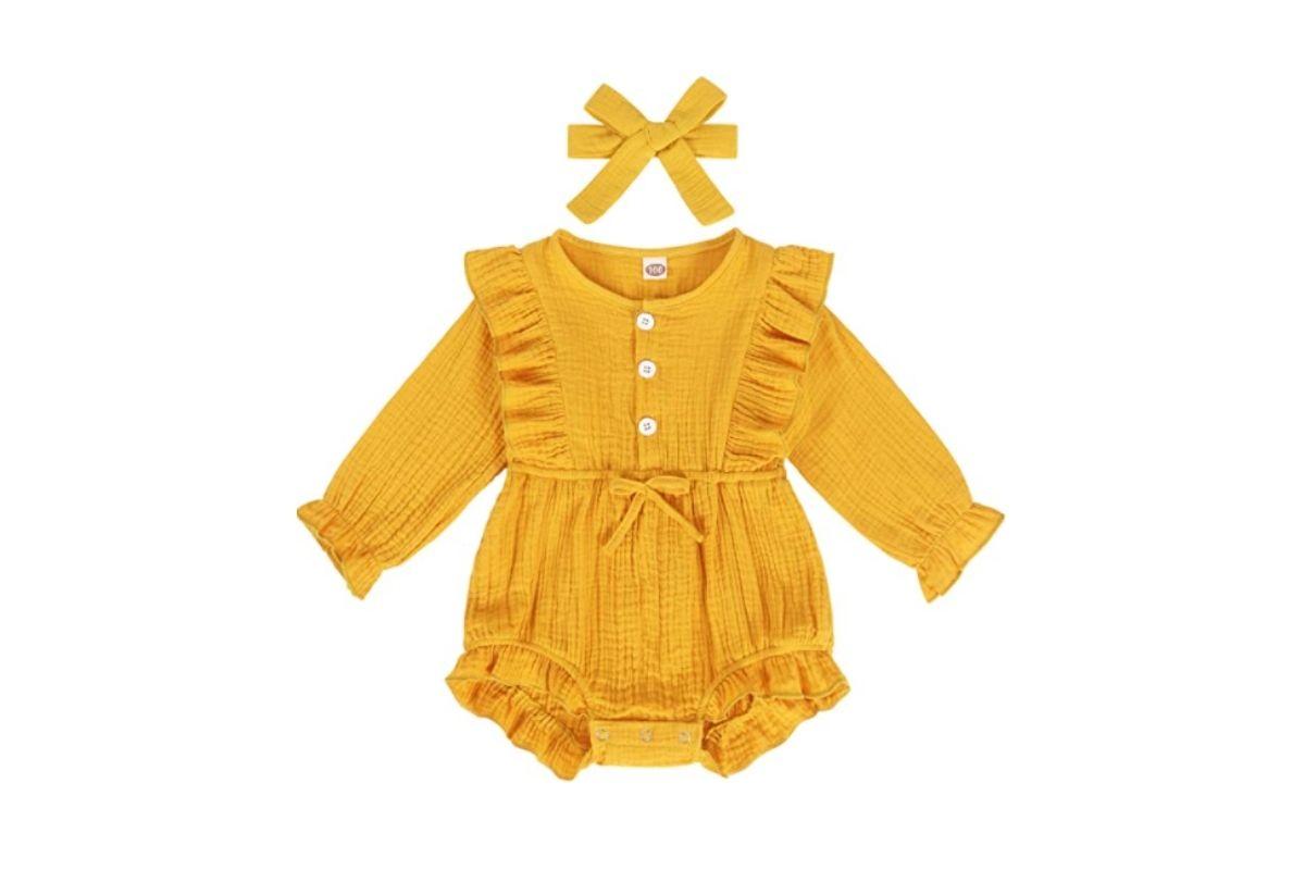 Saída da maternidade amarela com acessório de cabeça