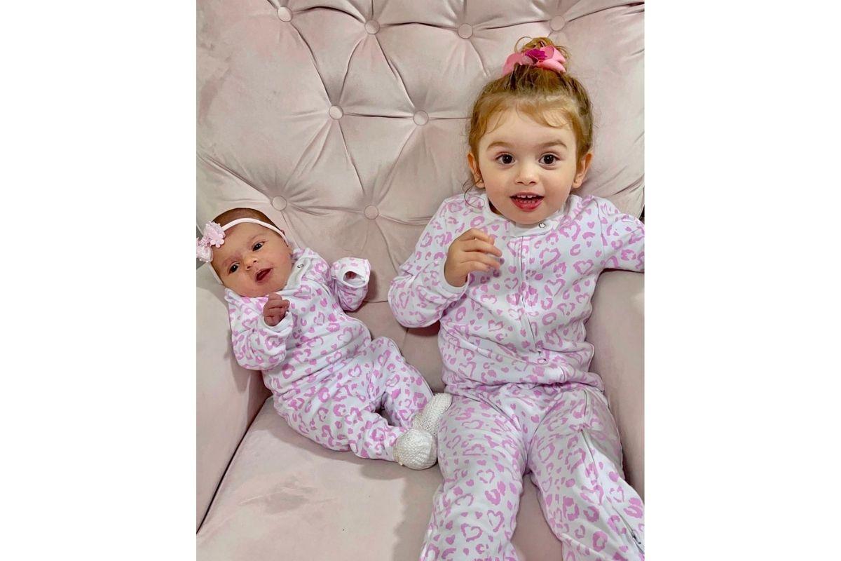 Thaeme mostra as filhas combinando look em dia frio